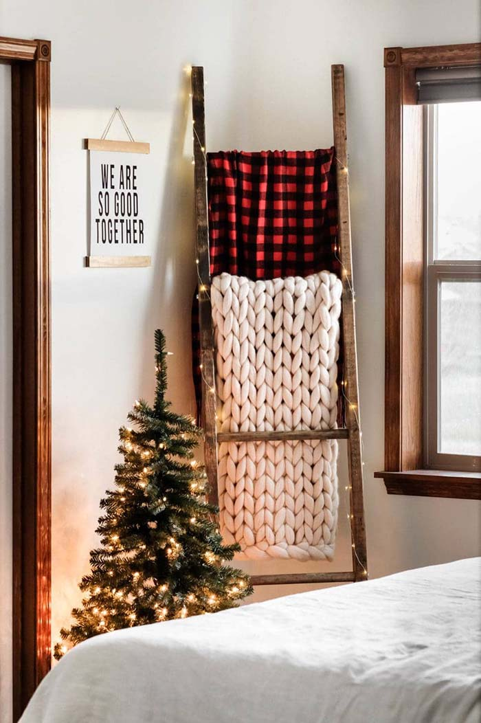 DIY Christmas Plaid Ladder #Christmas #buffalocheck #diy #decorhomeideas