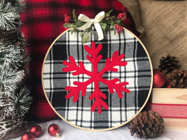 Farmhouse Christmas DIY Snowflake Hoop #Christmas #buffalocheck #diy #decorhomeideas