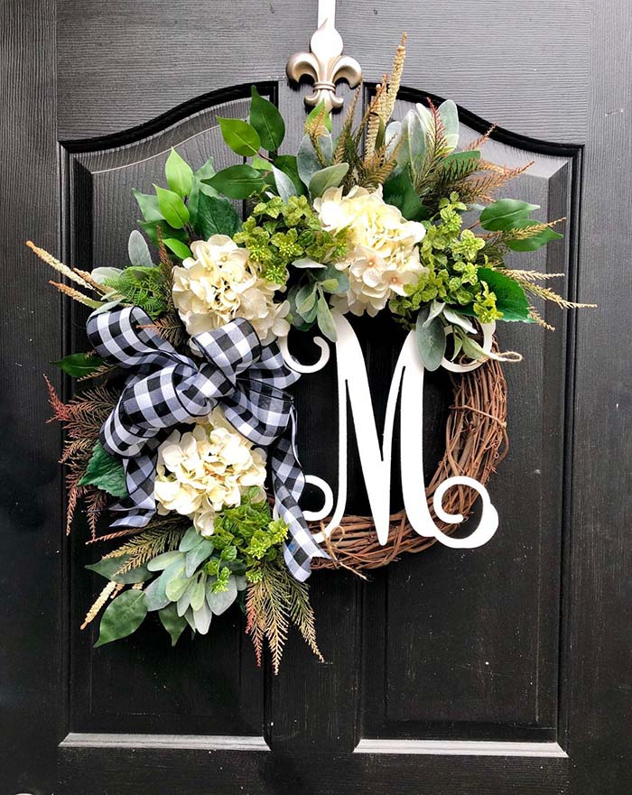 Monogram Wreath Buffalo Plaid #Christmas #buffalocheck #diy #decorhomeideas