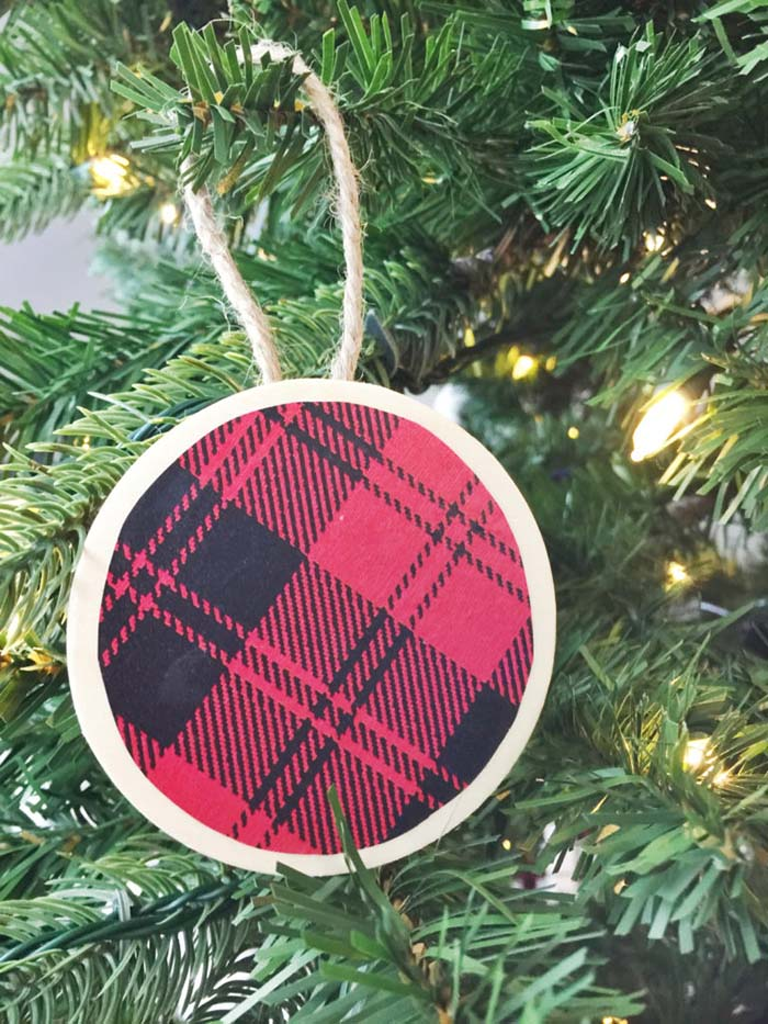 Simple Easy Buffalo Plaid Christmas Ornaments #Christmas #buffalocheck #diy #decorhomeideas