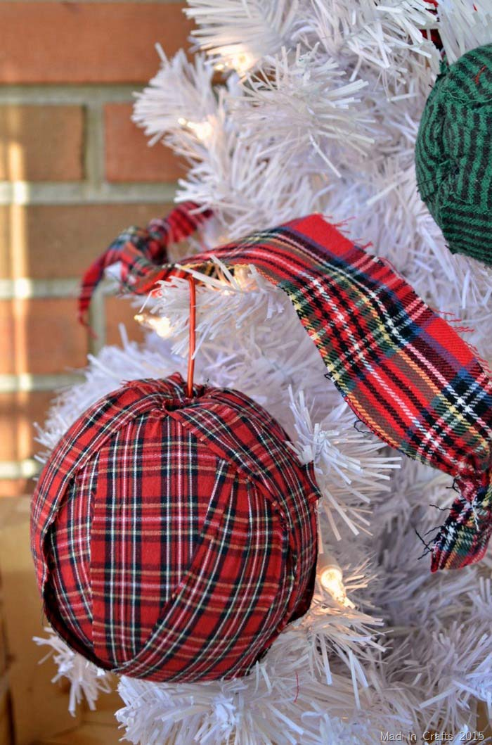 Simple Plaid Rag Ornaments #Christmas #buffalocheck #diy #decorhomeideas