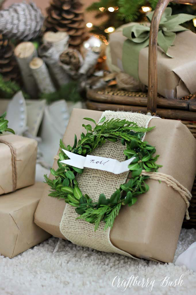 Burlap and Boxwood Wreath #Christmas #diy #gift #wrapping #decorhomeideas