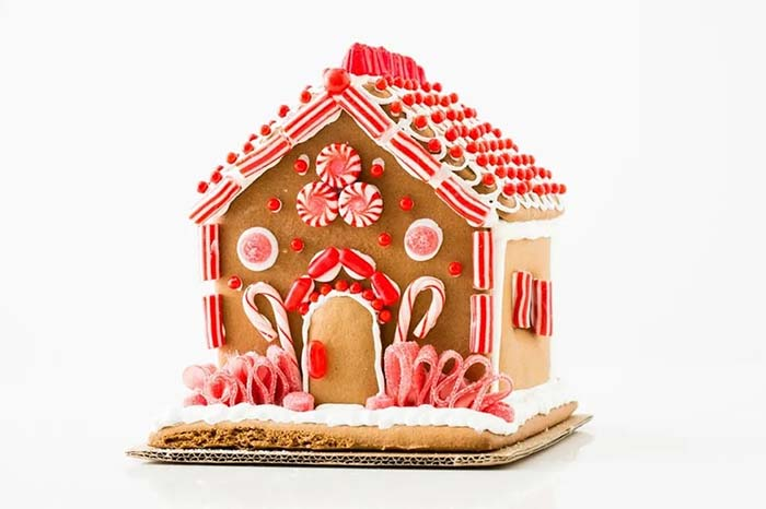 Candy Cane Gingerbread House #Christmas #gingerbread #house #decorhomeideas
