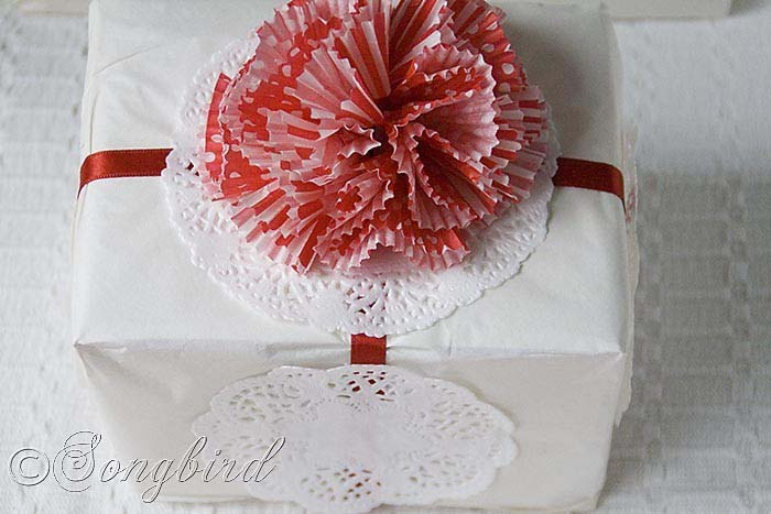Cupcake Liner Bow #Christmas #diy #gift #wrapping #decorhomeideas