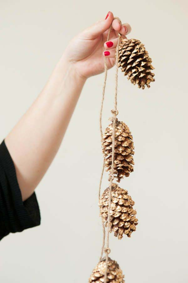 DIY Gold Leafed Pine Cones #Christmas #natural #decoration #decorhomeideas