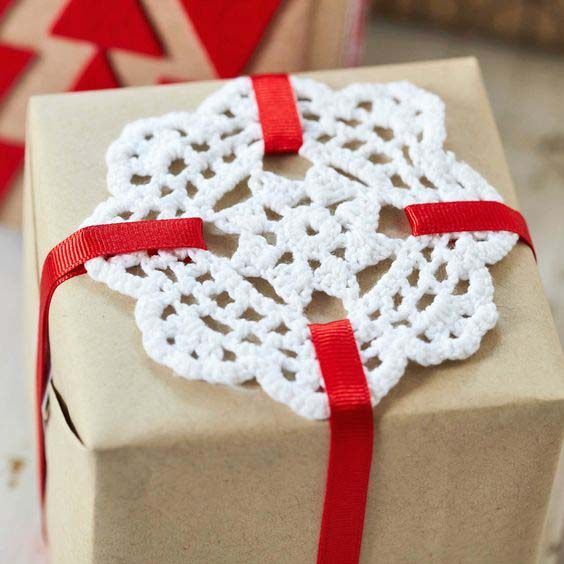 Doily Gift Wrap #Christmas #diy #gift #wrapping #decorhomeideas