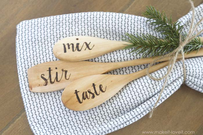 Engraved Wooden Spoons #Christmas #diy #stocking #stuffer #decorhomeideas