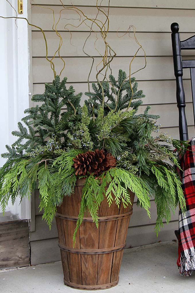 Farmhouse Winter Porch Pot #Christmas #natural #decoration #decorhomeideas
