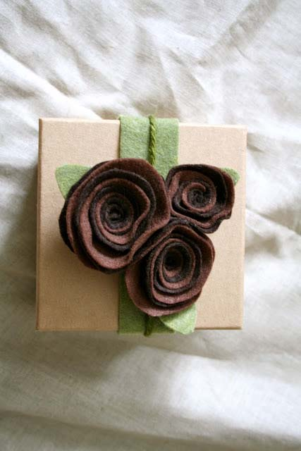 Felt Rose Gift Wrap #Christmas #diy #gift #wrapping #decorhomeideas