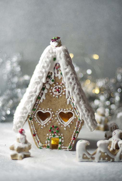Frosty Christmas Gingerbread House #Christmas #gingerbread #house #decorhomeideas