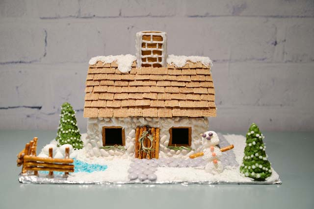 Gingerbread English Cottage #Christmas #gingerbread #house #decorhomeideas