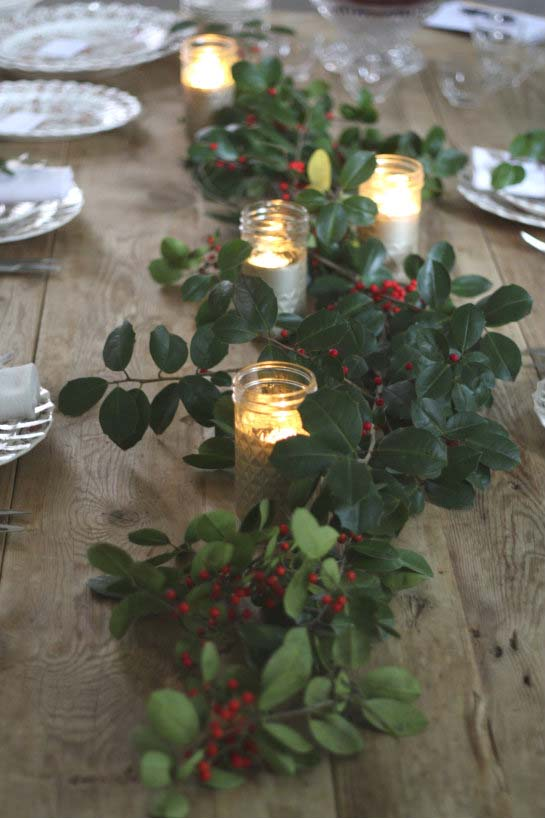 Holiday Holly Table Runner #Christmas #natural #decoration #decorhomeideas