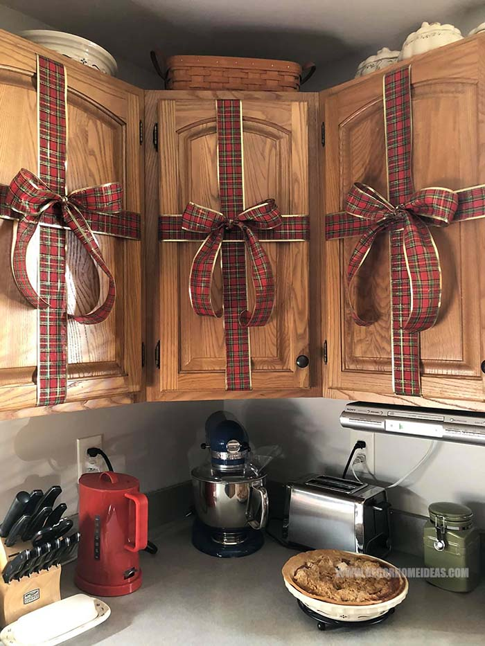 Kitchen Cupboards Christmas Decoration With Tartan Plaid Ribbon. Quick and Easy #Christmas #cupboards #diy #decorhomeideas