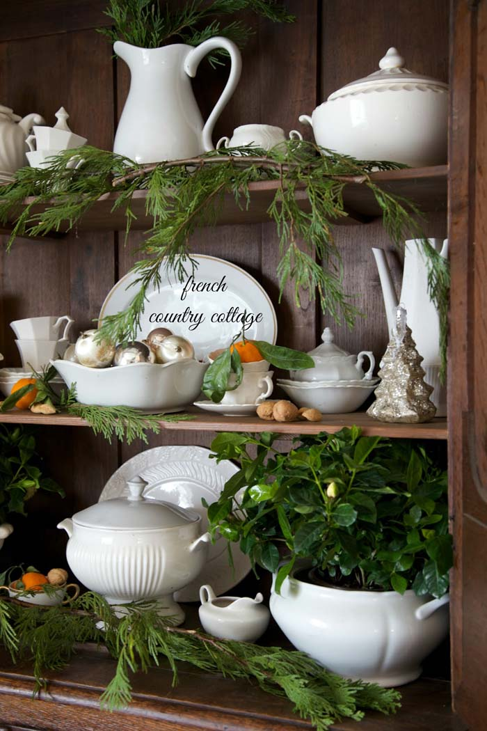Natural Christmas Antique Buffet #Christmas #natural #decoration #decorhomeideas