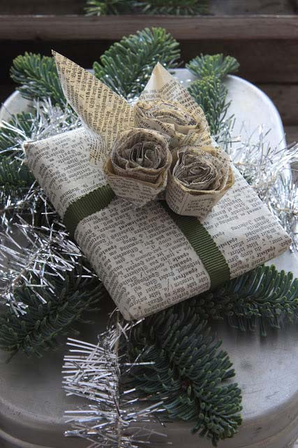 Newspaper Christmas Gift Wrapping Paper #Christmas #diy #gift #wrapping #decorhomeideas