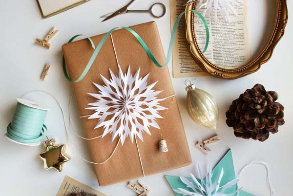 Paper Snowflakes #Christmas #diy #gift #wrapping #decorhomeideas