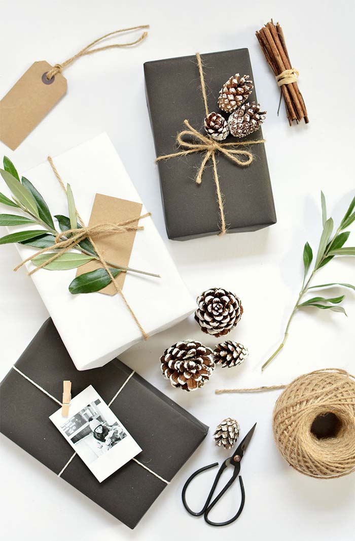 Pinecone Christmas Gift Wrap #Christmas #diy #gift #wrapping #decorhomeideas