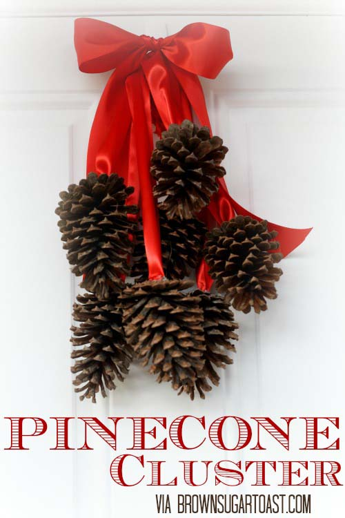 Pinecone Cluster Door Hanger #Christmas #natural #decoration #decorhomeideas