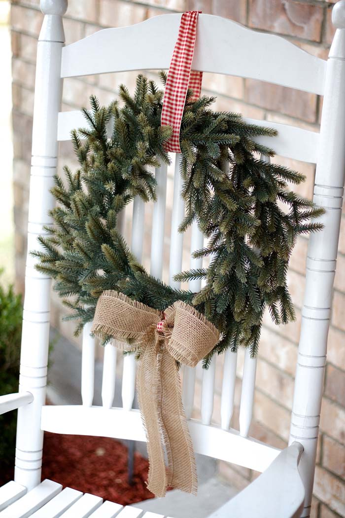 Porch Chair Wreath #Christmas #natural #decoration #decorhomeideas