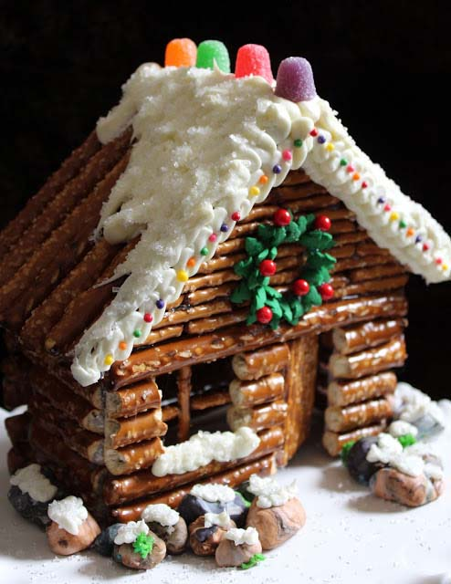 Pretzel Gingerbread Cabin #Christmas #gingerbread #house #decorhomeideas
