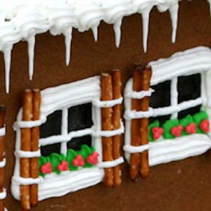 Pretzel Windows #Christmas #gingerbread #house #decorhomeideas