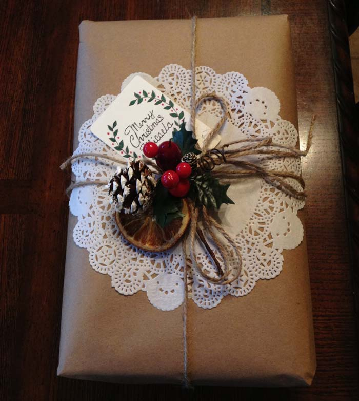 Rustic Doily Gift Wrap #Christmas #diy #gift #wrapping #decorhomeideas