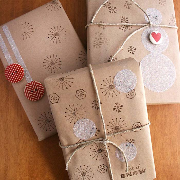 Snowman Stamped Gift Wrapping #Christmas #diy #gift #wrapping #decorhomeideas