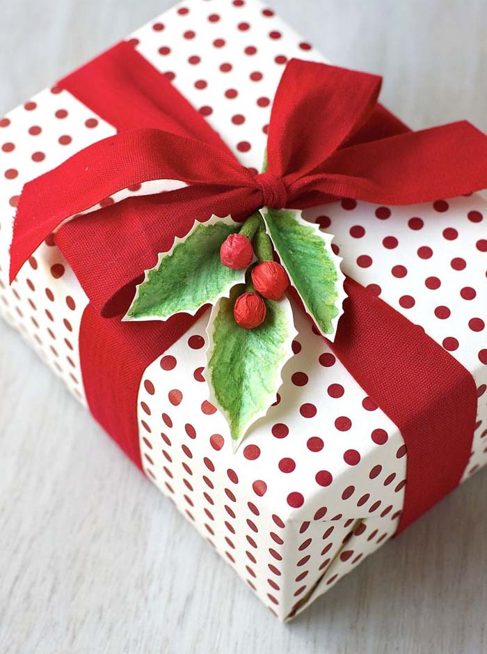 Watercolor Holly Gift Topper #Christmas #diy #gift #wrapping #decorhomeideas