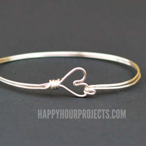 Wire Wrapped Heart Bangle #Christmas #diy #stocking #stuffer #decorhomeideas