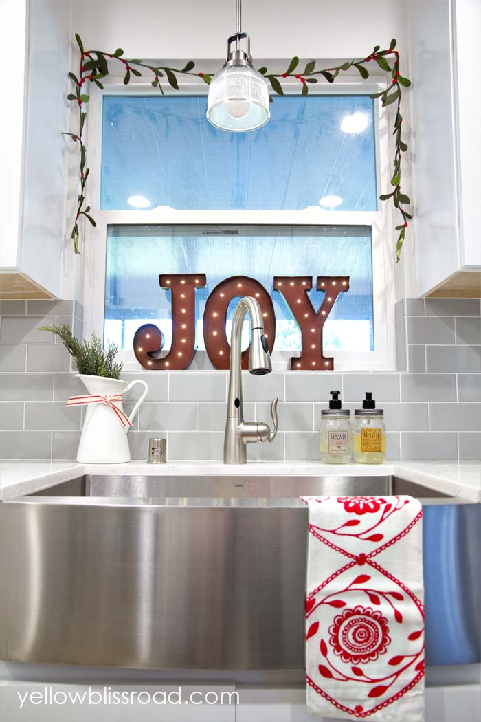 Christmas Marquee Letters Window #Christmas #kitchen #decoration #decorhomeideas