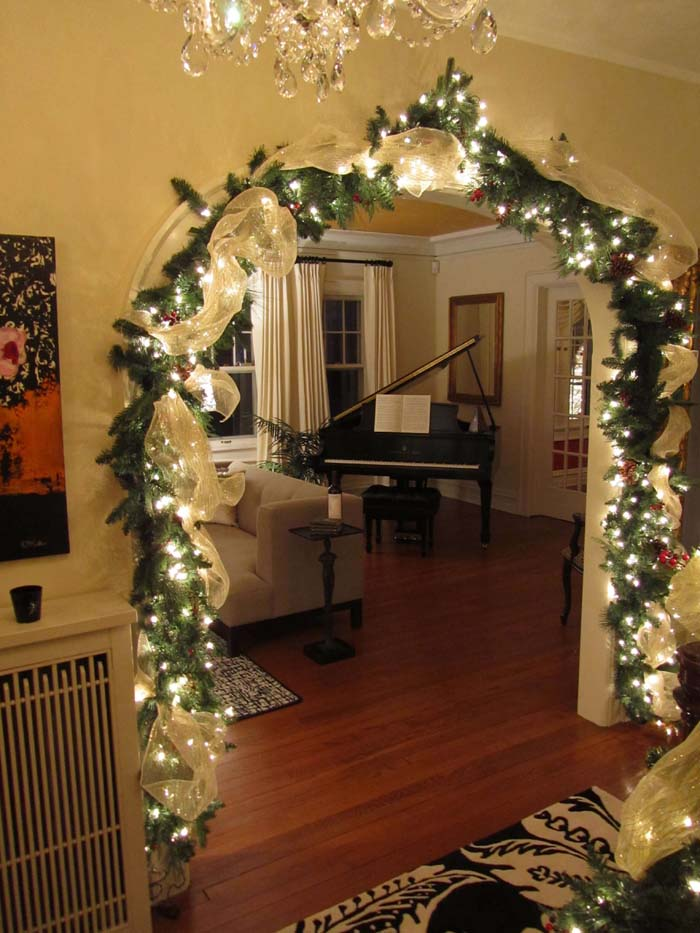 Entryway Lighted Burlap Garland #Christmas #diy #lights #decorhomeideas