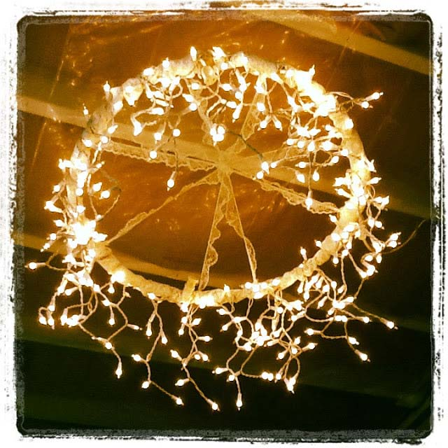 Hula Hoop Chandelier #Christmas #diy #lights #decorhomeideas