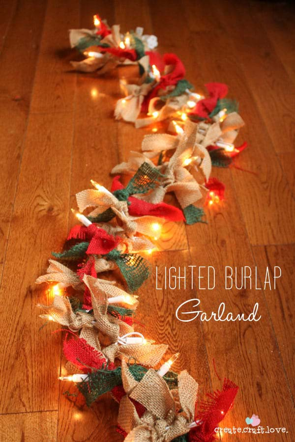 Lighted Burlap Garland #Christmas #diy #lights #decorhomeideas