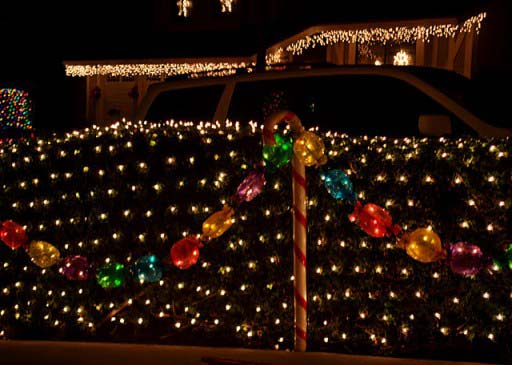 Lighted Candy Garland #Christmas #diy #lights #decorhomeideas