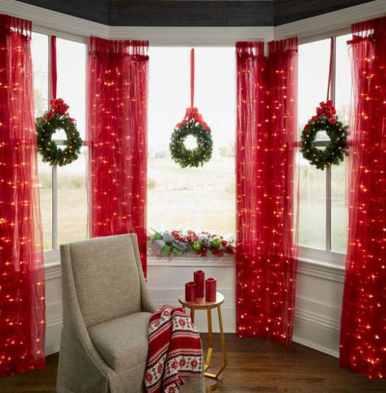 Lighted Christmas Wreath and Curtains  #Christmas #diy #lights #decorhomeideas