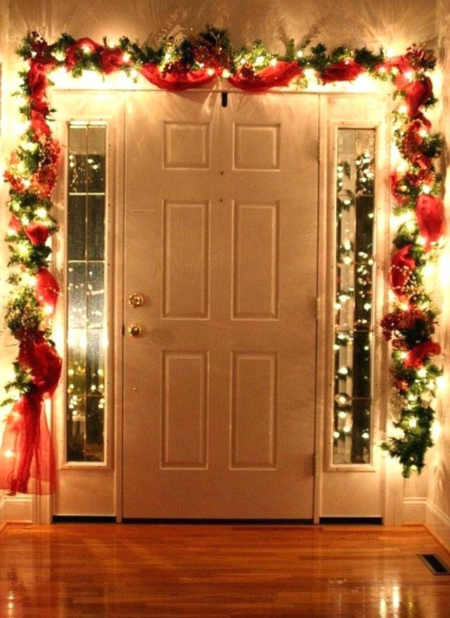 Lighted Doorway Garland #Christmas #diy #lights #decorhomeideas