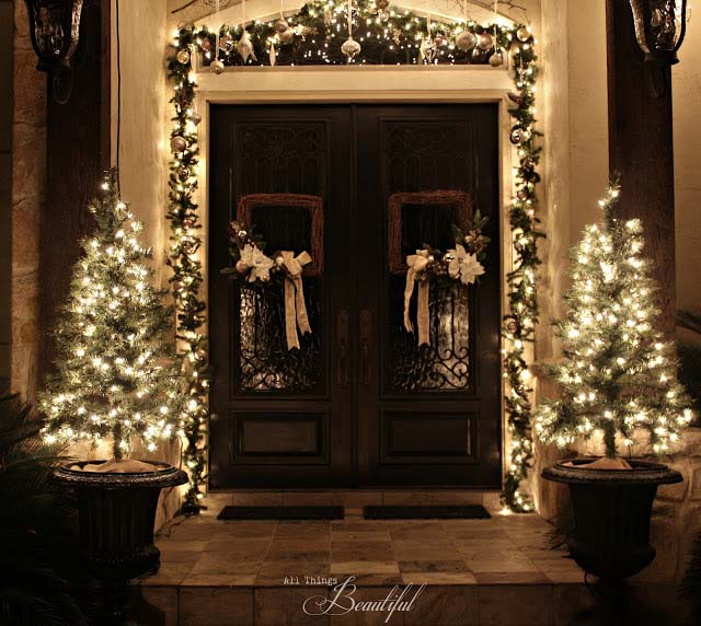 Lit Up Front Porch Garland and Trees #Christmas #diy #lights #decorhomeideas