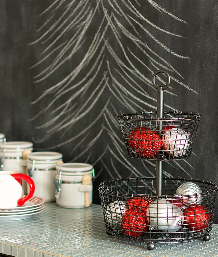 Wire Basket with Christmas Ornaments #Christmas #kitchen #decoration #decorhomeideas