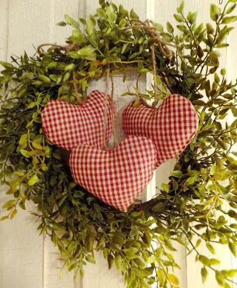 Boxwood Wreath With Checked Hearts #valentine #diy #wreaths #decorhomeideas