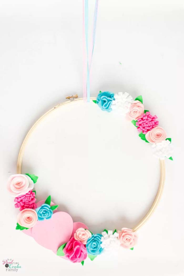 Embroidery Hoop Valentine's Wreath #valentine #diy #wreaths #decorhomeideas