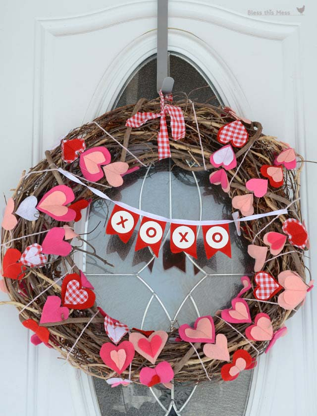 Felt Heart Garland Wreath #valentine #diy #wreaths #decorhomeideas