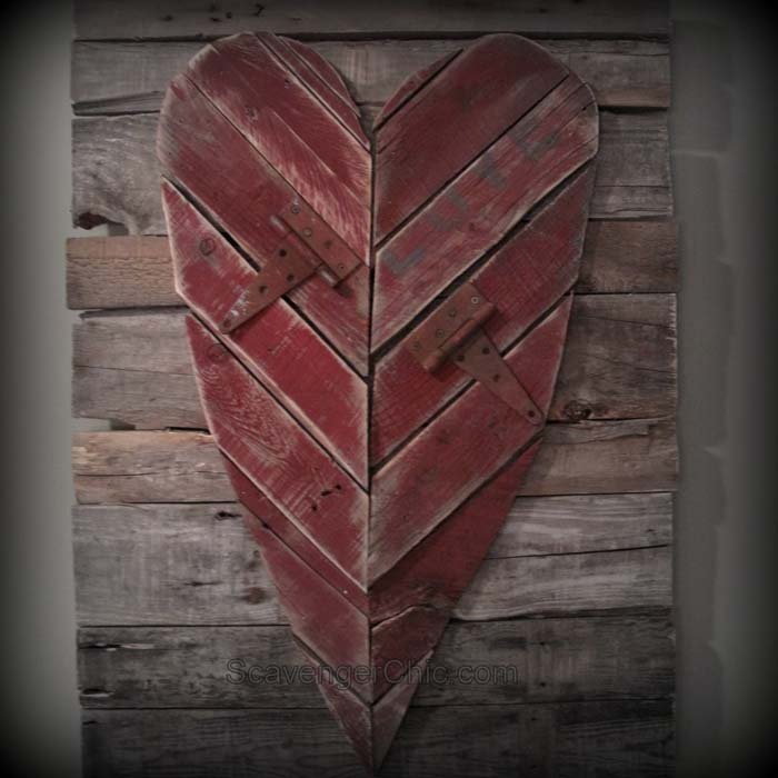 Pallet Wood Valentines Day Heart #valentinesday #rustic #decor #diy #decorhomeideas