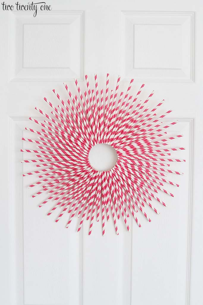 Paper Straw Valentine's Day Wreath #valentine #diy #wreaths #decorhomeideas