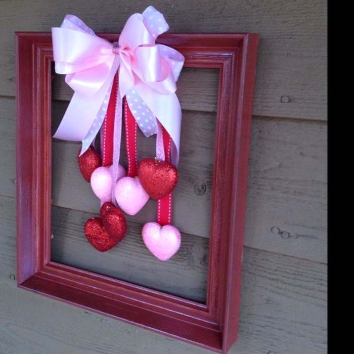 Picture Frame Valentine's Day Wreath #valentine #diy #wreaths #decorhomeideas
