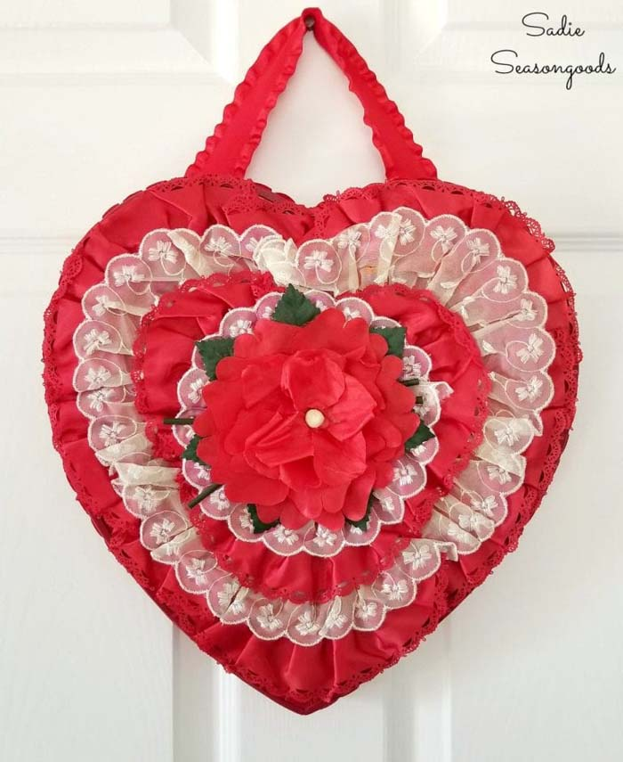 Recycled Chocolate Box Wreath #valentine #diy #wreaths #decorhomeideas