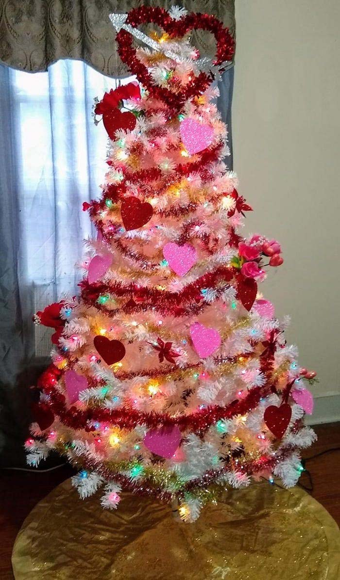 Red Garland Valentines Tree #valentine #tree #diy #decorhomeideas