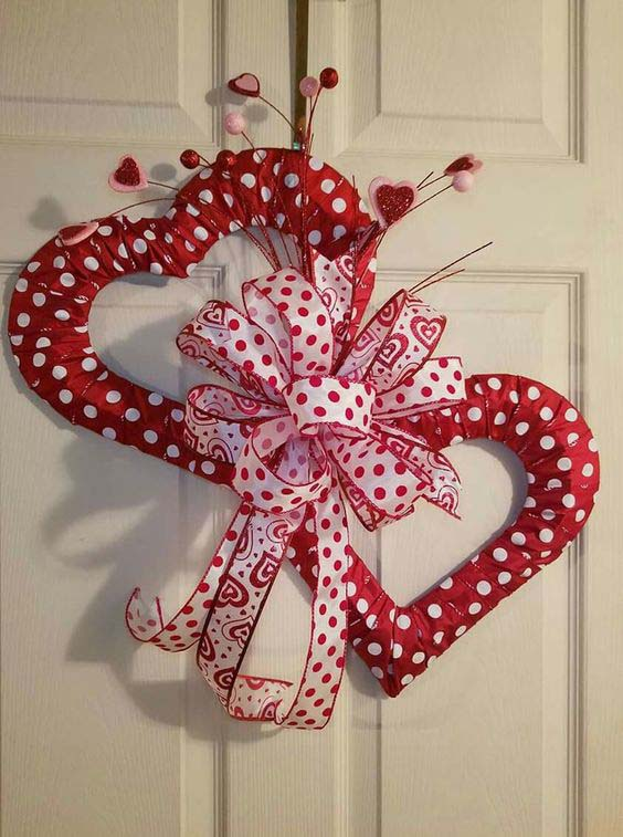 Two Heart Wreath #valentine #diy #wreaths #decorhomeideas