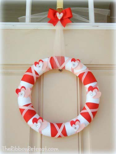 Valentine's Day Wrapped Ribbon Wreath #valentine #diy #wreaths #decorhomeideas