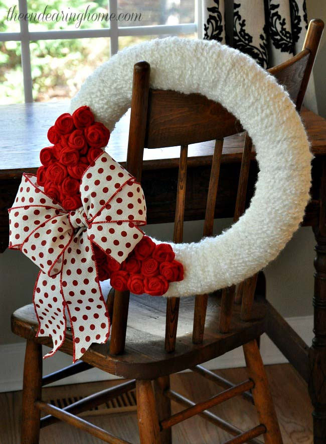 Valentine's Day Wreath with Felt Roses #valentine #diy #wreaths #decorhomeideas