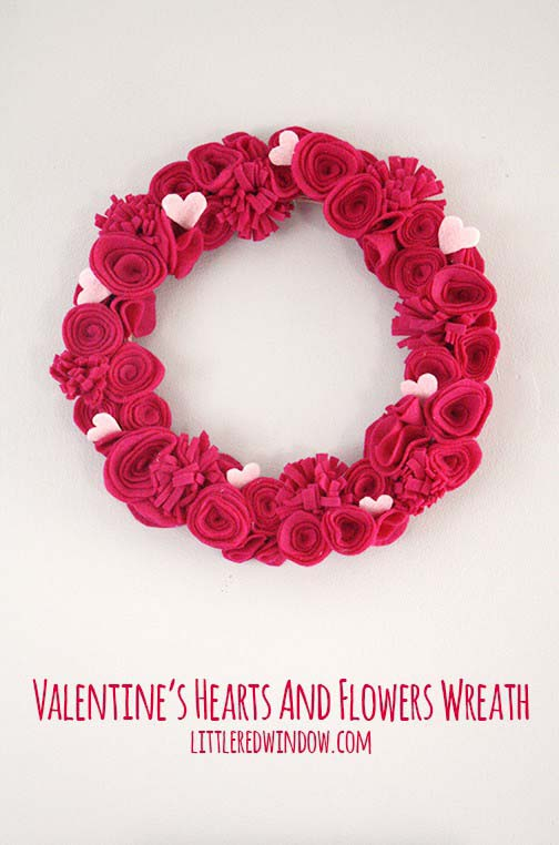 Valentine's Hearts and Flowers Felt Wreath #valentine #diy #wreaths #decorhomeideas